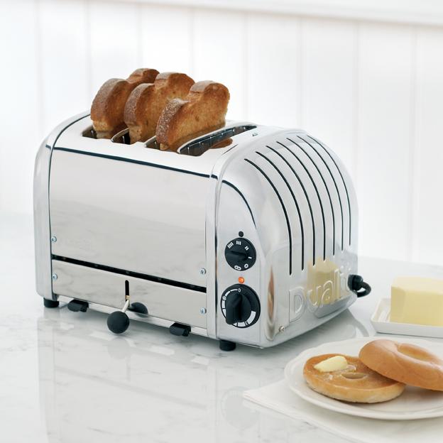 Dualit Classic Toaster 4-Schlitz-polished-mit Toast-Lifestyle-web.jpg