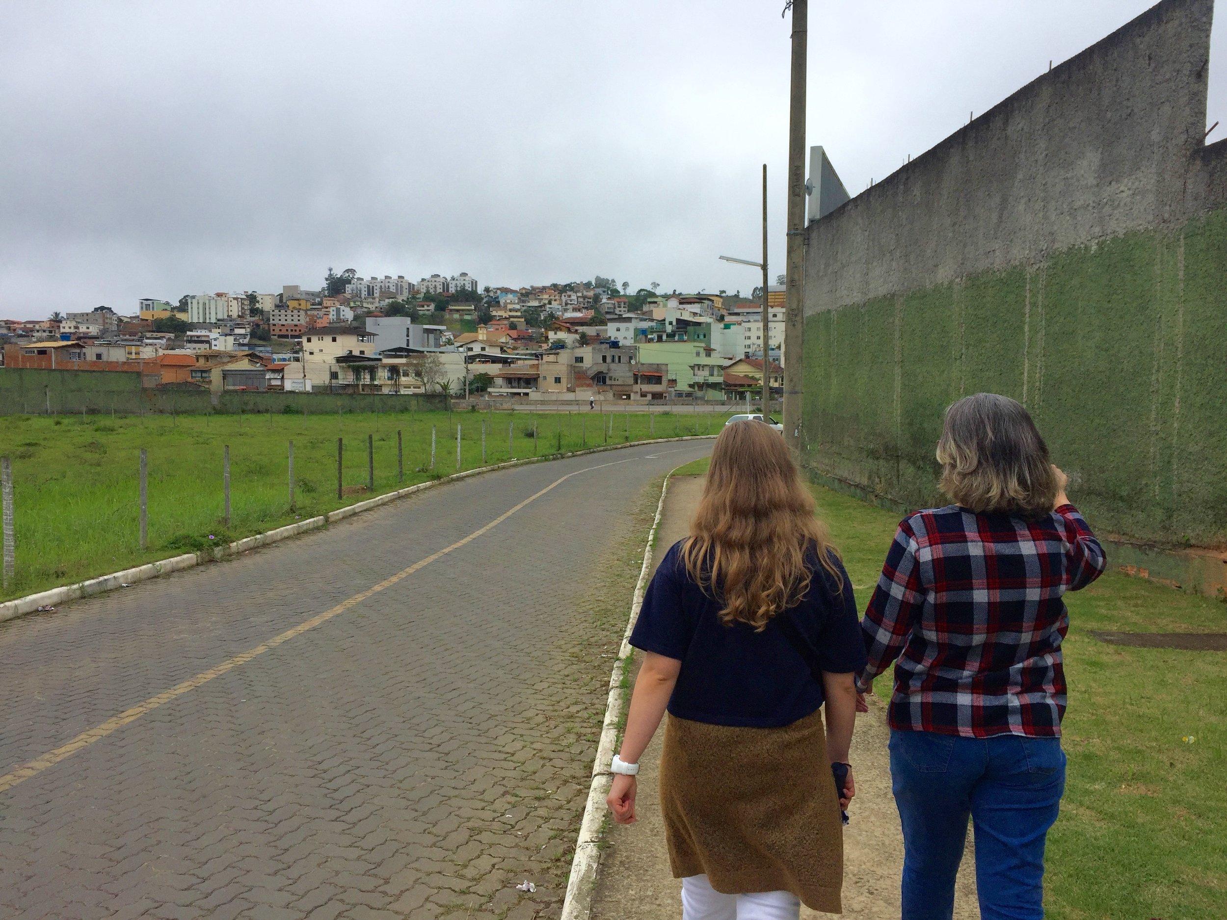 Sofie og vertsmor Vera på en liten spasertur i nabolaget. Vi kunne ikke vært heldigere med vertsmoren vår (til tross for at hun bare snakker portugisisk), hun er helt fantastisk! Hun er også mor til tidligere Hald-student Edson, som gikk på Hald for ca. 10 år siden.