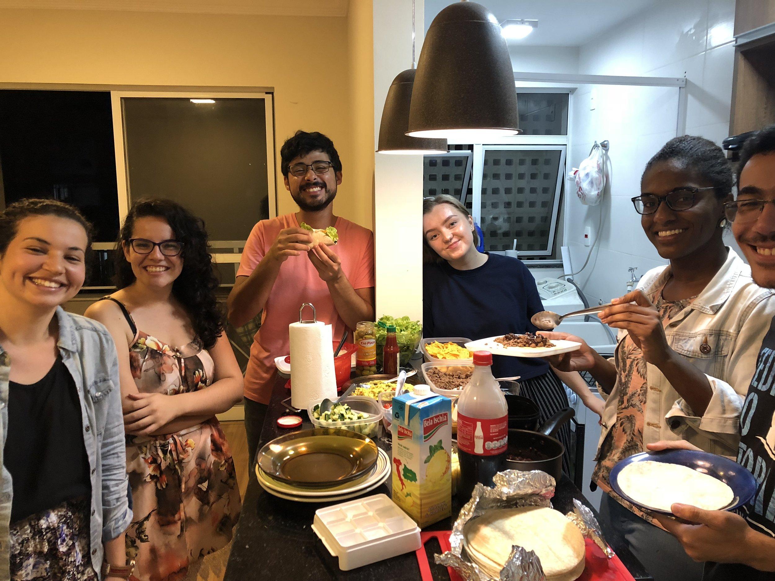 Vi lagde taco!!!! Jeg har savnet taco så sykt mye og dette var veldig godt! Jeg liker brasiliansk mat, men jeg må innrømme at jeg savner norsk mat, heheee.