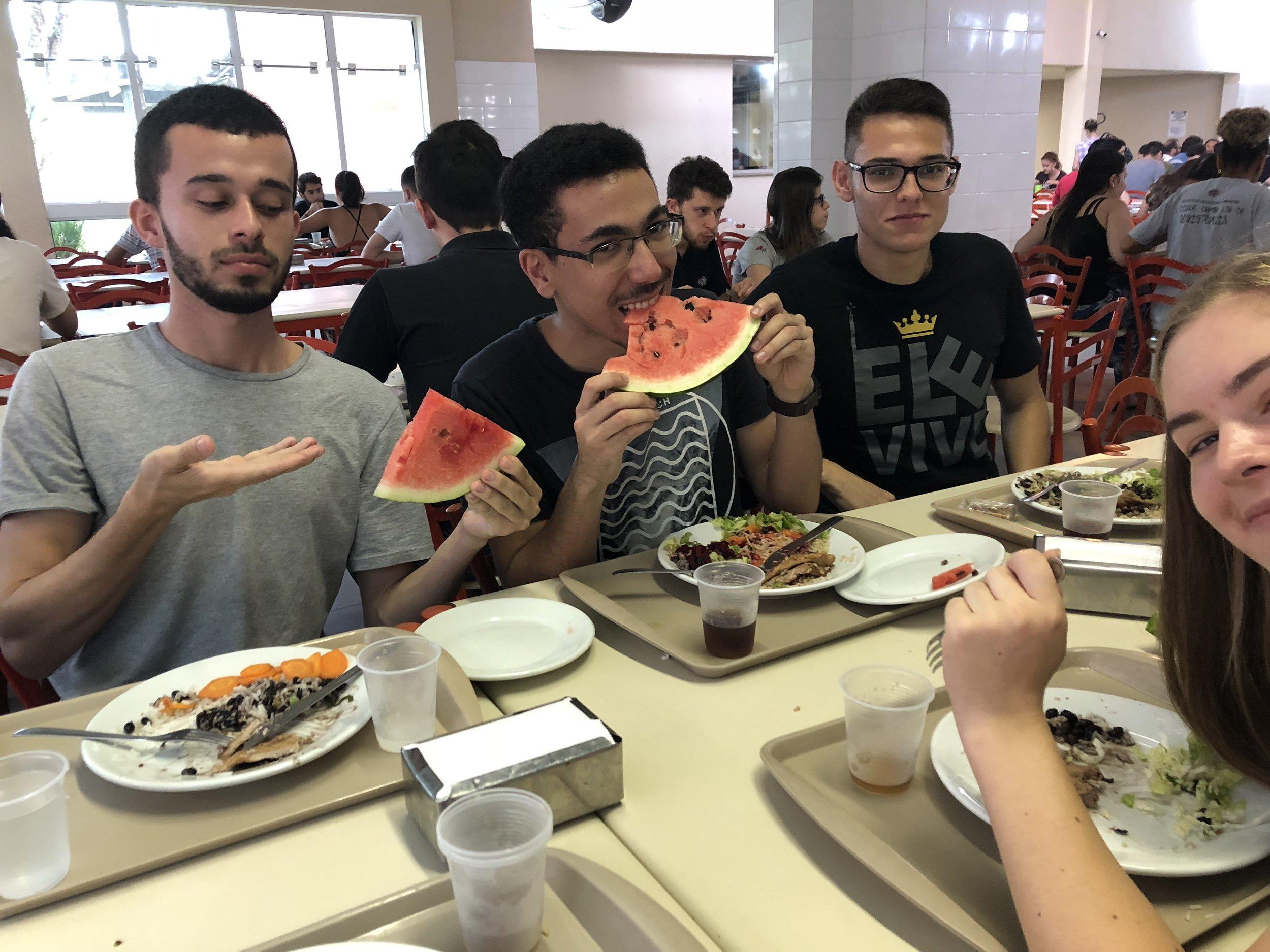 Etter et ABU møte ble vi tilbudt å spise lunsj i den store spisesalen på universitetet. Hva var det til lunsj? Jo, bønner, ris og kjøtt. Salaten består av sala, gulrot og tomat. Bon apetit!
