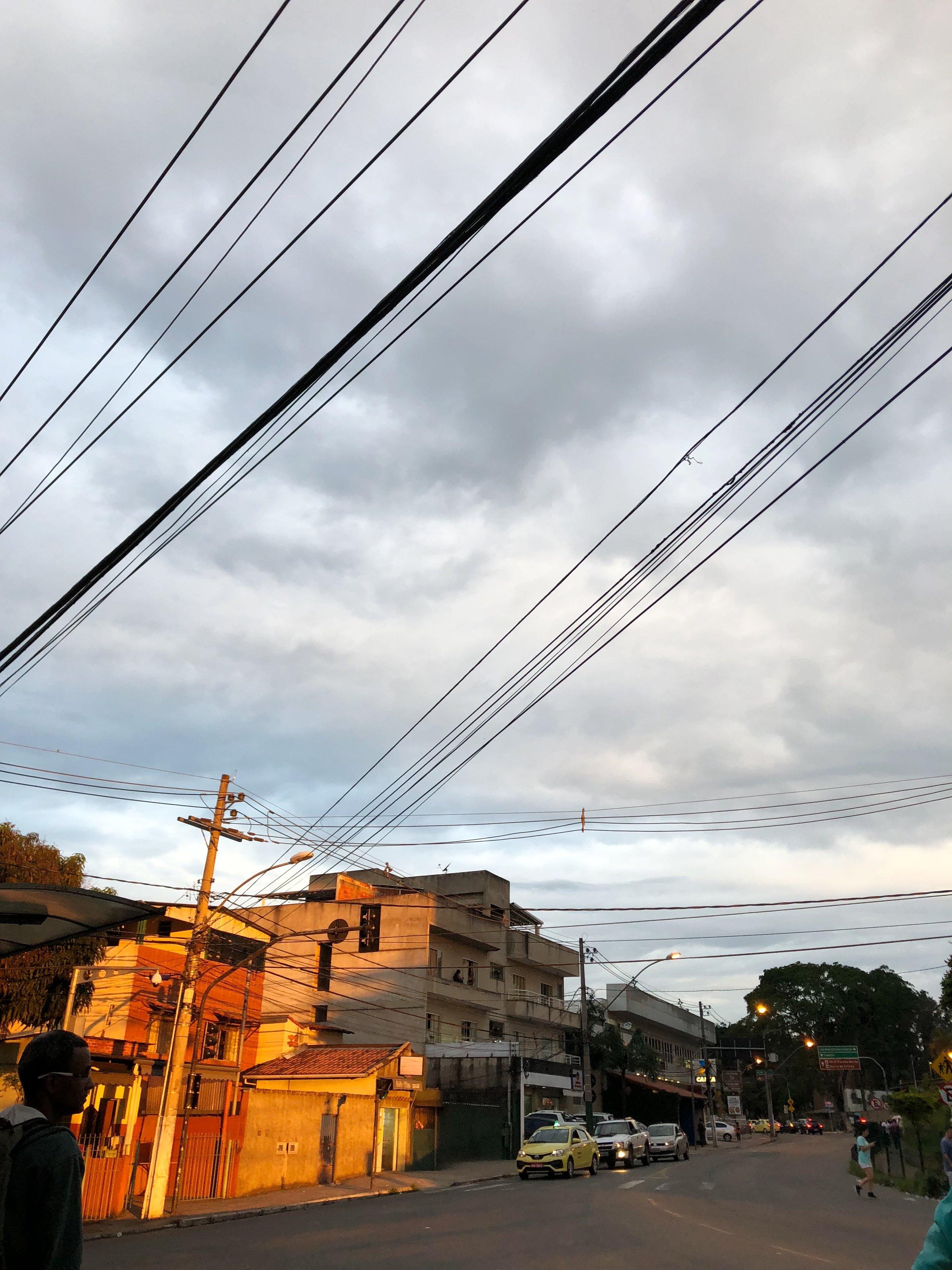 Hovedgata i nabolaget vårt- Sao Pedro. På denne korte strekingen er det flere kirker. Juiz de Fora har kirker overalt!