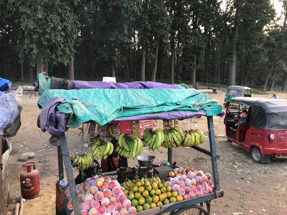 På et marked de selger frukt og grønt. (Tuk-tuk i bakgrunnen.)