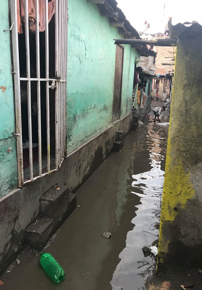 Her er et bilde en dag vi var der da det kom regn en dag utenfor regnsesongen, og da kan man bare forestille seg hvor mye vann som flommer over i husene under regnsesongen (mai-august).