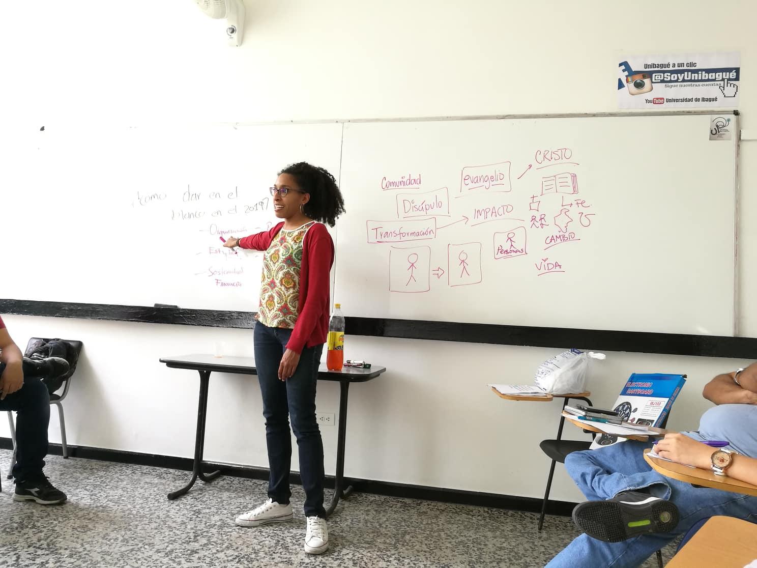 Her forteller Carmen litt om UCU. Blant annet hva de står for, hvorfor de har det, i tillegg til at hun prøver å oppmuntre elevene til videre arbeid. -