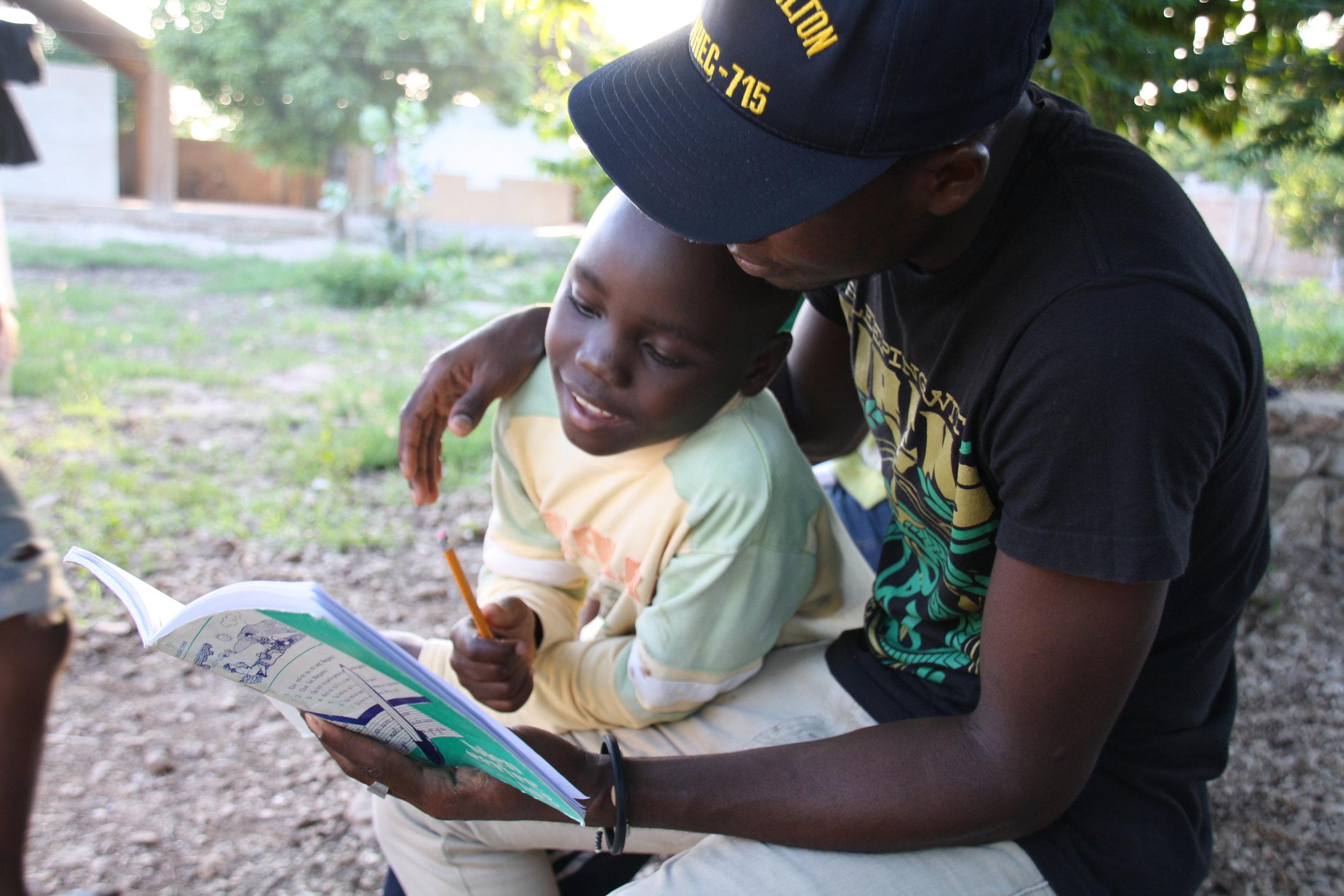 DISCIPLINA Y APOYO EXTRAESCOLAR - La principal labor de los educadores es vigilar que los niños respetan los horarios, cumplen con las normas y no se faltan el respeto entre ellos. Además, los educadores ayudan a los más pequeños con sus deberes y juntos repasan lo aprendido en el día.