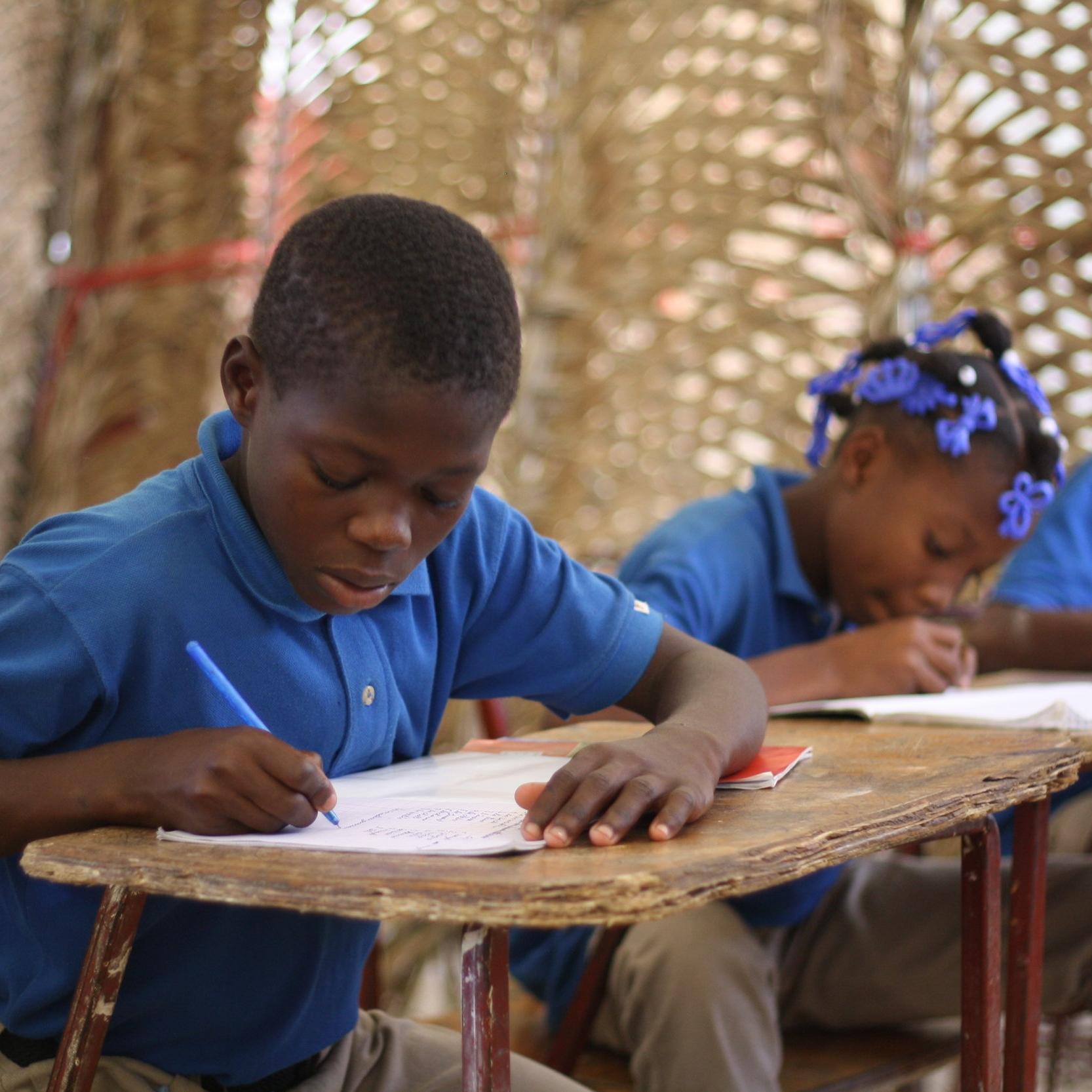 PROGRAMA ESCOLAR AYMY - La escuela de AYMY acoge a niños con un retraso educativo. Sigue un programa escolar de dos cursos por año con el fin de facilitar la incorporación de los niños en cursos de formación profesional y/o estudios superiores.