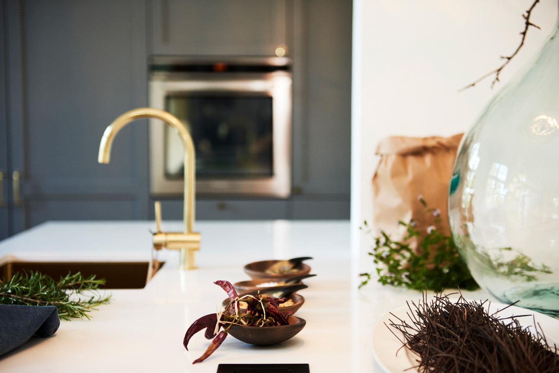 Køkkendetaljer med håndvask og pynt