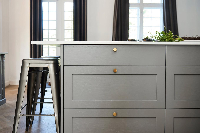 Køkkenbord med skuffer og skabe