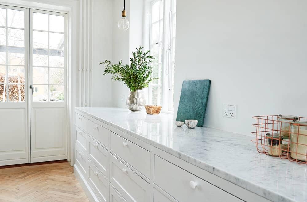 Yderligere detaljer fra køkkenbord i lys marmor