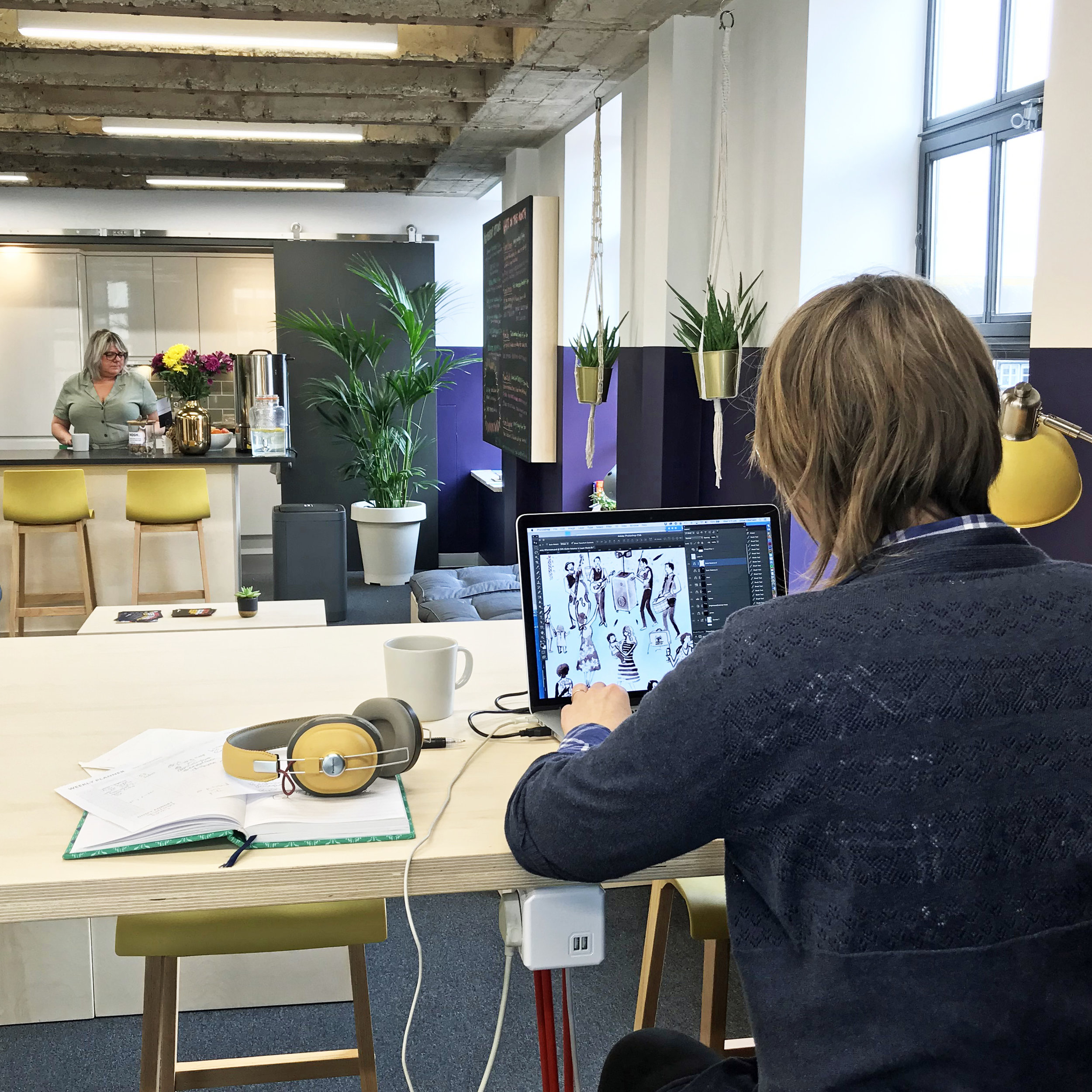 Lady hotdesking at Rume2 Coworkingspace