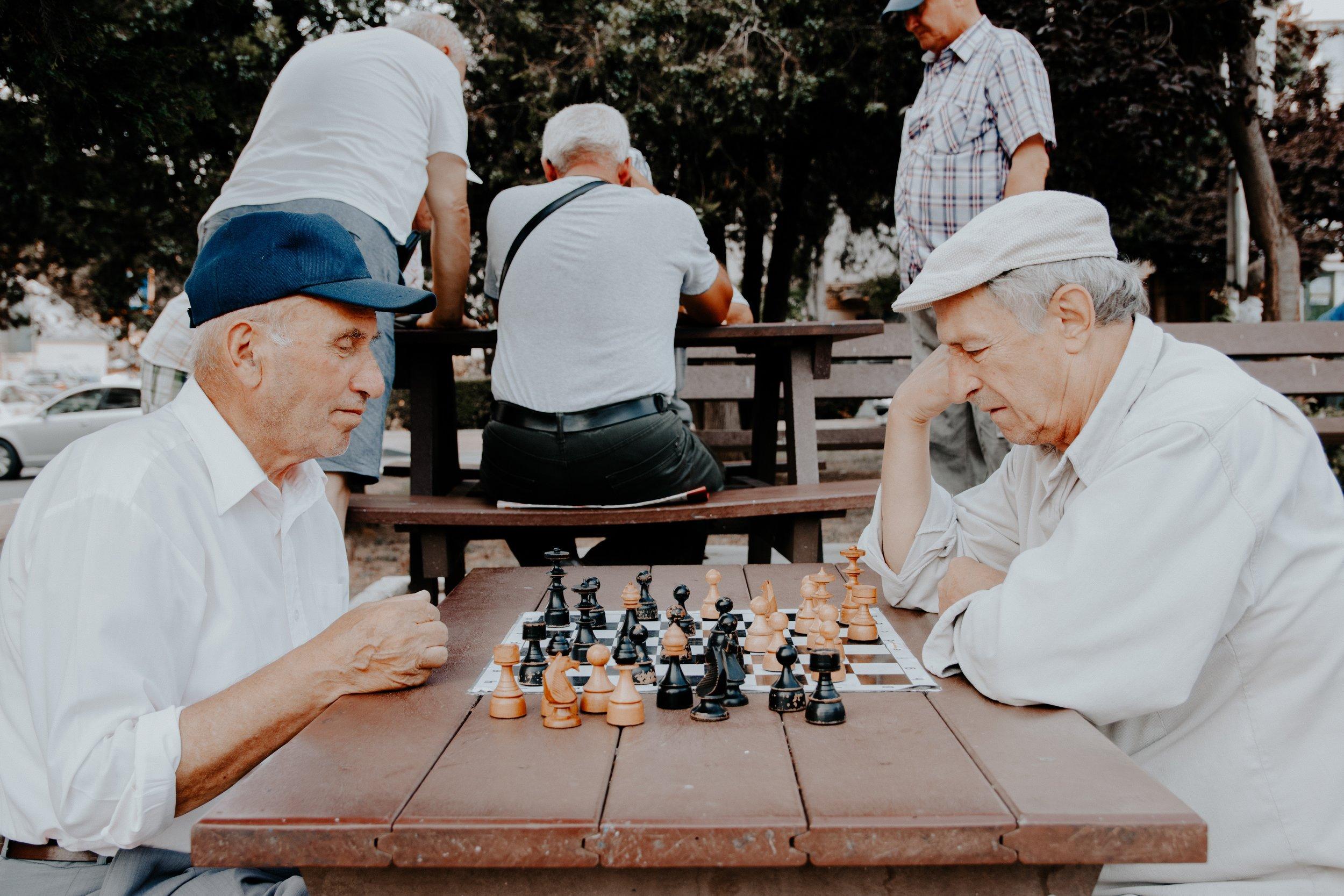 Zwei Männer am Schach spielen.jpg