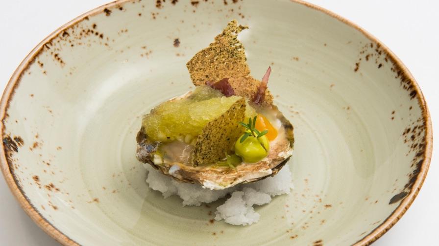Syrco Bakker | Zeeuwse platte oester, hierbas de las dunas, margerita en groene appel