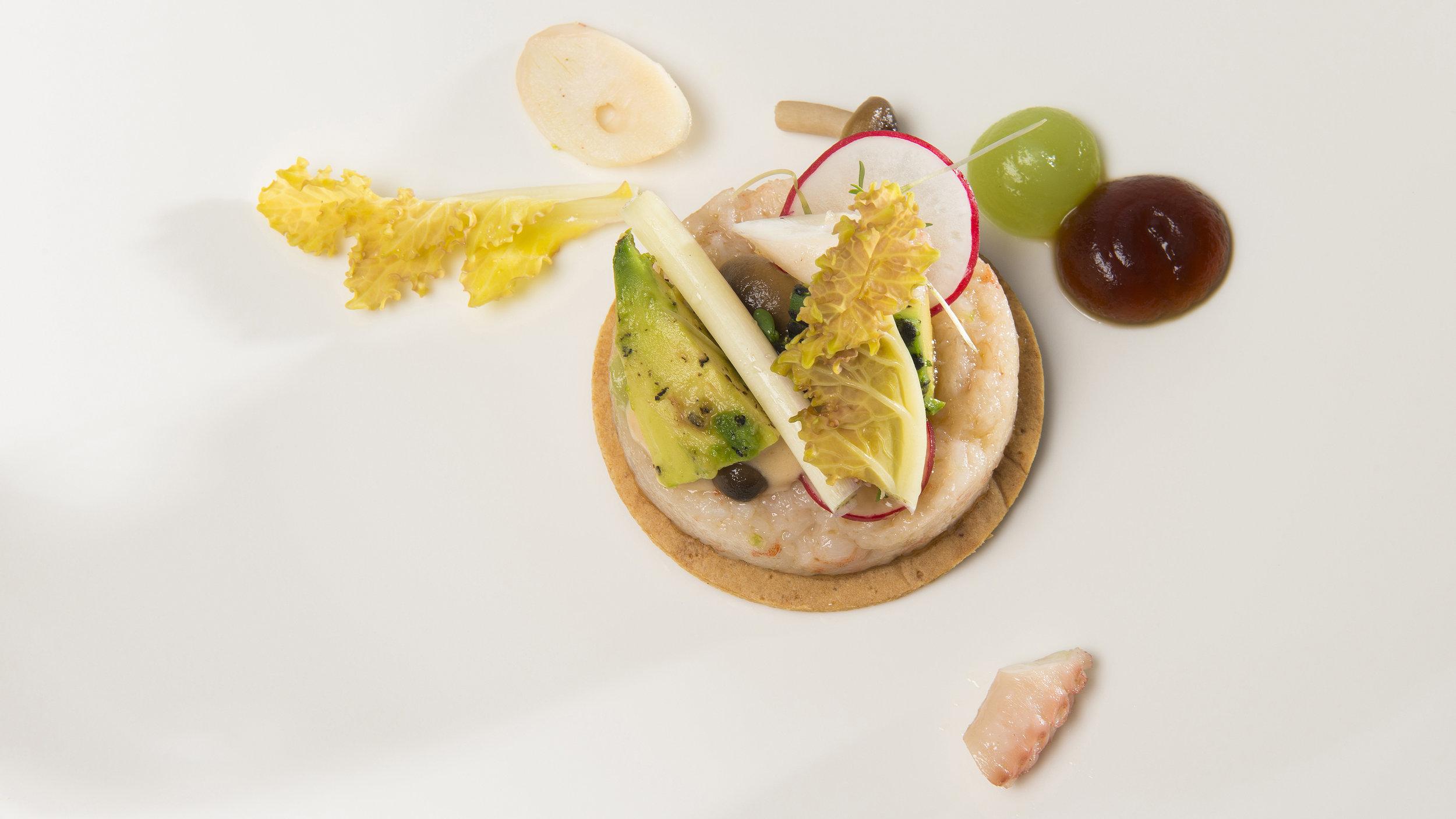Lucas Rive | Cracker met tartaar van gepocheerde gamba's, poulpo, bundelzwam en geroosterde avocado