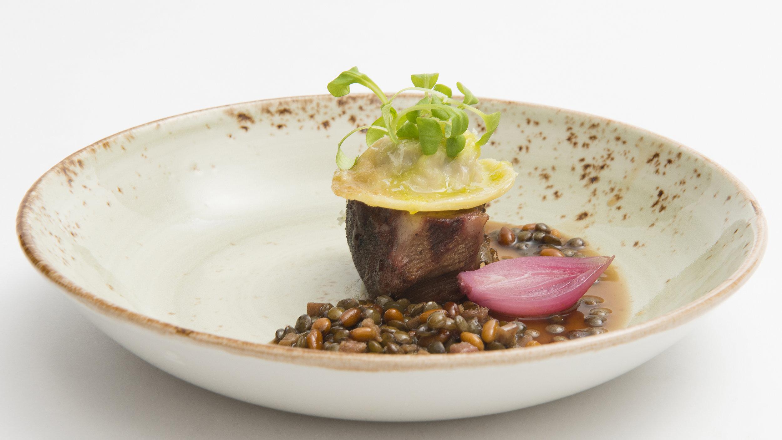 Lucas Rive | Kalfswang van de Big Green egg, ravioli van kalfszwezerik, kalfstong, zoet zuur van rode ui, kalfsjus met salie linzen en pijnboompitten