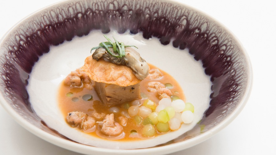 Lucas Rive | Zacht gegaarde buikspek met krokante buikspek, grijze garnalen, platte oester en jus van citroengras
