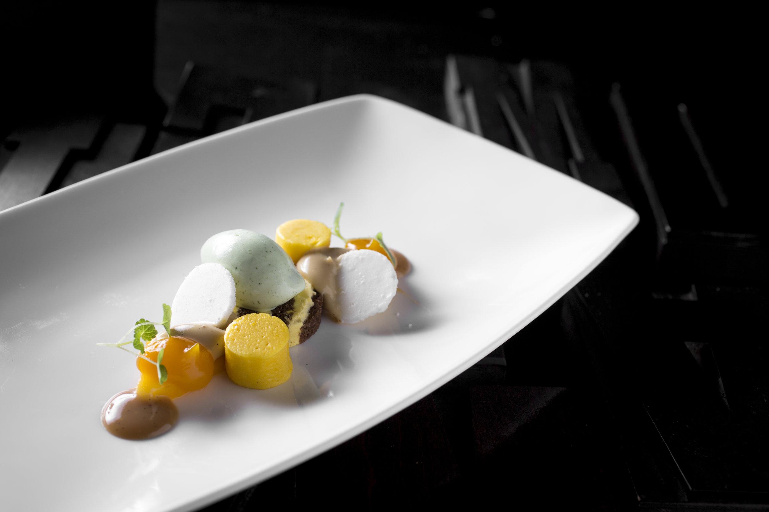Huub van der Velden | Marbre van mango en gebrande hazelnoot met gel en spons van mango, caramel cremeux, kokos galletjes en romig ijs van dragon