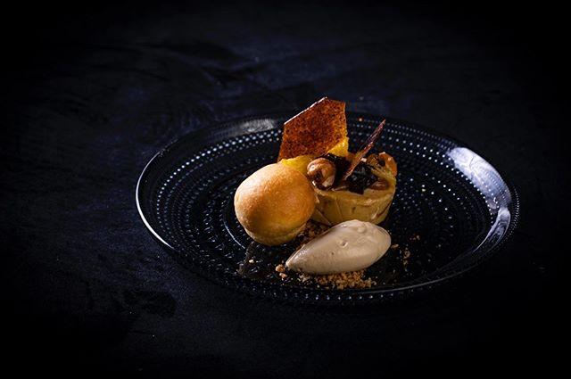 """""""Ganzenlever, sinaasappel, koffie en hazelnoot"""" ⠀⠀⠀⠀⠀⠀⠀⠀⠀ 👨🏼🍳 @chefmarcelvanlier van @latour_restaurant ⏰  tussen 20:00 en 21:00 📍 @24hchefs in @juniperandkin 📷 @saskiadewal 👀 alle foto's: www.24h-chefs.com"""