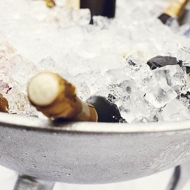 Ihr Lieben! Bevor die Weihnachtsmarktsaison beginnt heben wir nochmal die Champagnerschalen und stoßen auf euch an. Vielen Dank für euer tolles Feedback in den letzten Wochen und die schönen Events, die wir bereits mit euch planen. We 🖤 you #Sektempfang #bridetobe #sayyes #hochzeit #hochzeitinhamburg #instawedding #weddinginspo #heirateninhamburg #wedding #weddingday #standesamt #weddingdrink #hochzeit #hochzeitsmesse 📸 @kateandkole