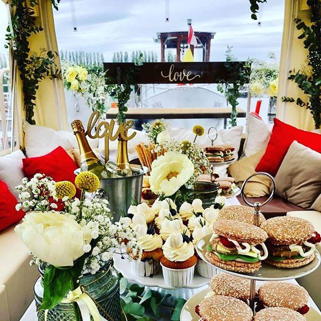 The WEDDINGTABLE auf der Spree! Mit uns ist alles möglich.  Auch ein Sektempfang auf dem Boot.