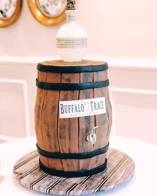 Y'all, that Blanton's bottle was made from sugar 🙀😻 The bride preferred cobbler from @bayoubluegrasscatering, so they went all out with the grooms cake!