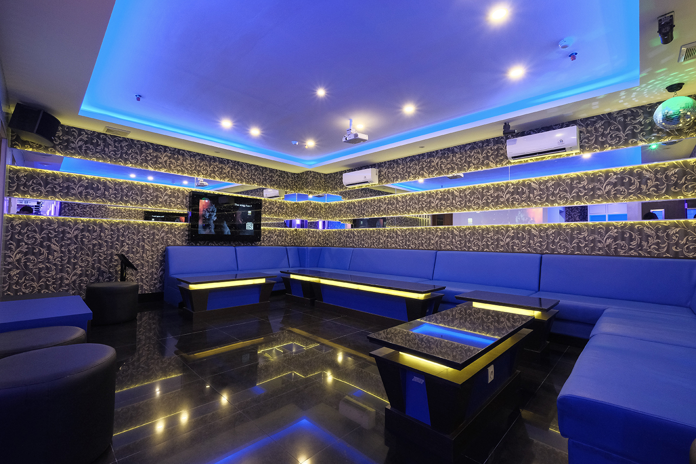 Bar Room 22 - 15-20 Orang***WEEKDAYS***(Senin - Jumat 11.00 - 17.00 = 115K/jam)(Minggu - Kamis 17.00 - 23.00 = 230K/jam)(Minggu - Kamis 23.00 - CLOSE = 150K/jam)***WEEKEND***(Sabtu - Minggu 11.00 - 17.00 = 130K/jam)(Jumat - Sabtu 17.01 - CLOSE = 260K/jam)