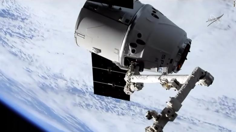 190506172816-robot-arm-catches-spacex-dragon-exlarge-169.jpg