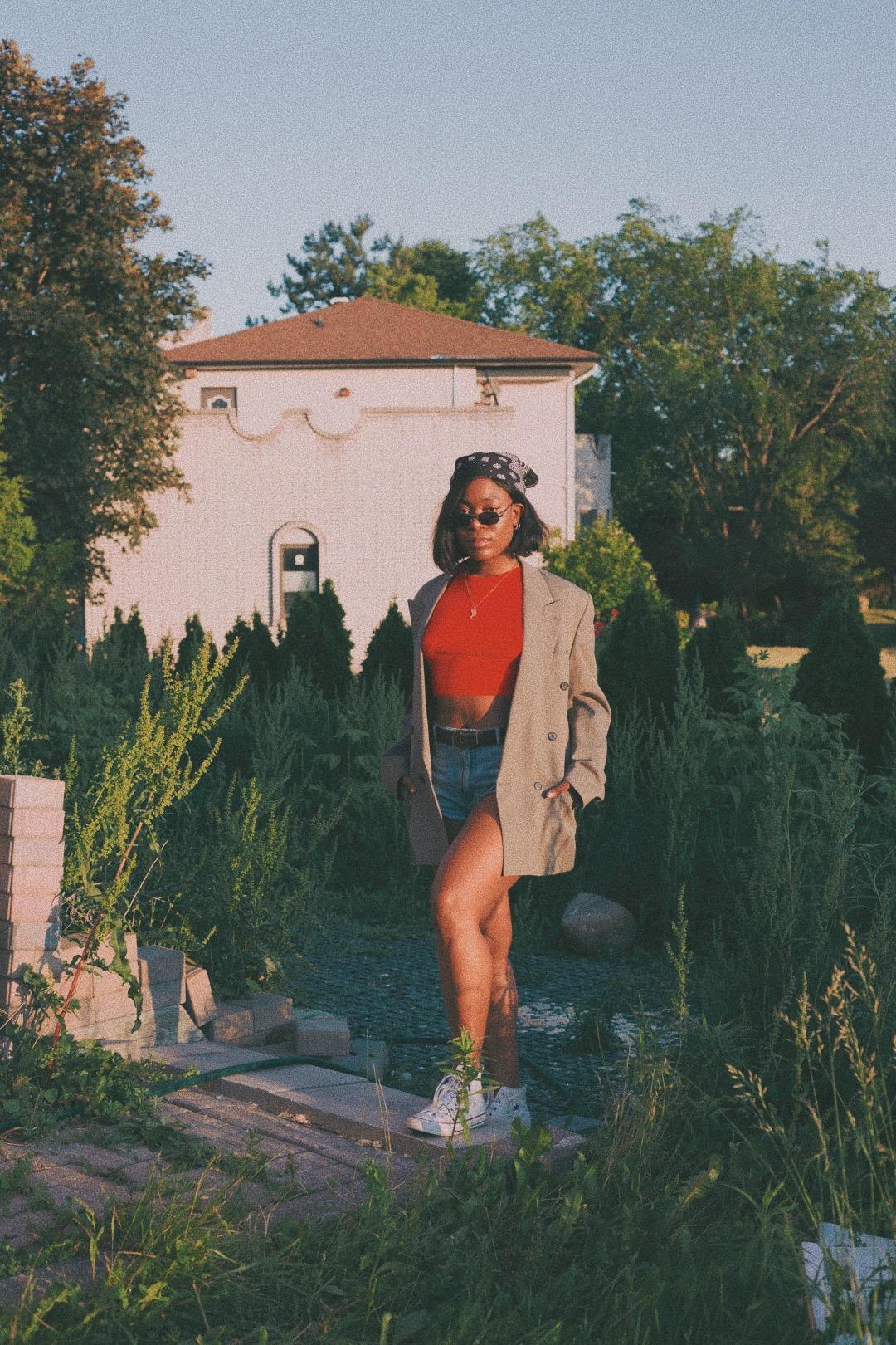 vintage blazer // h&m top // garage denim shorts // white converse // m botique sunnies -