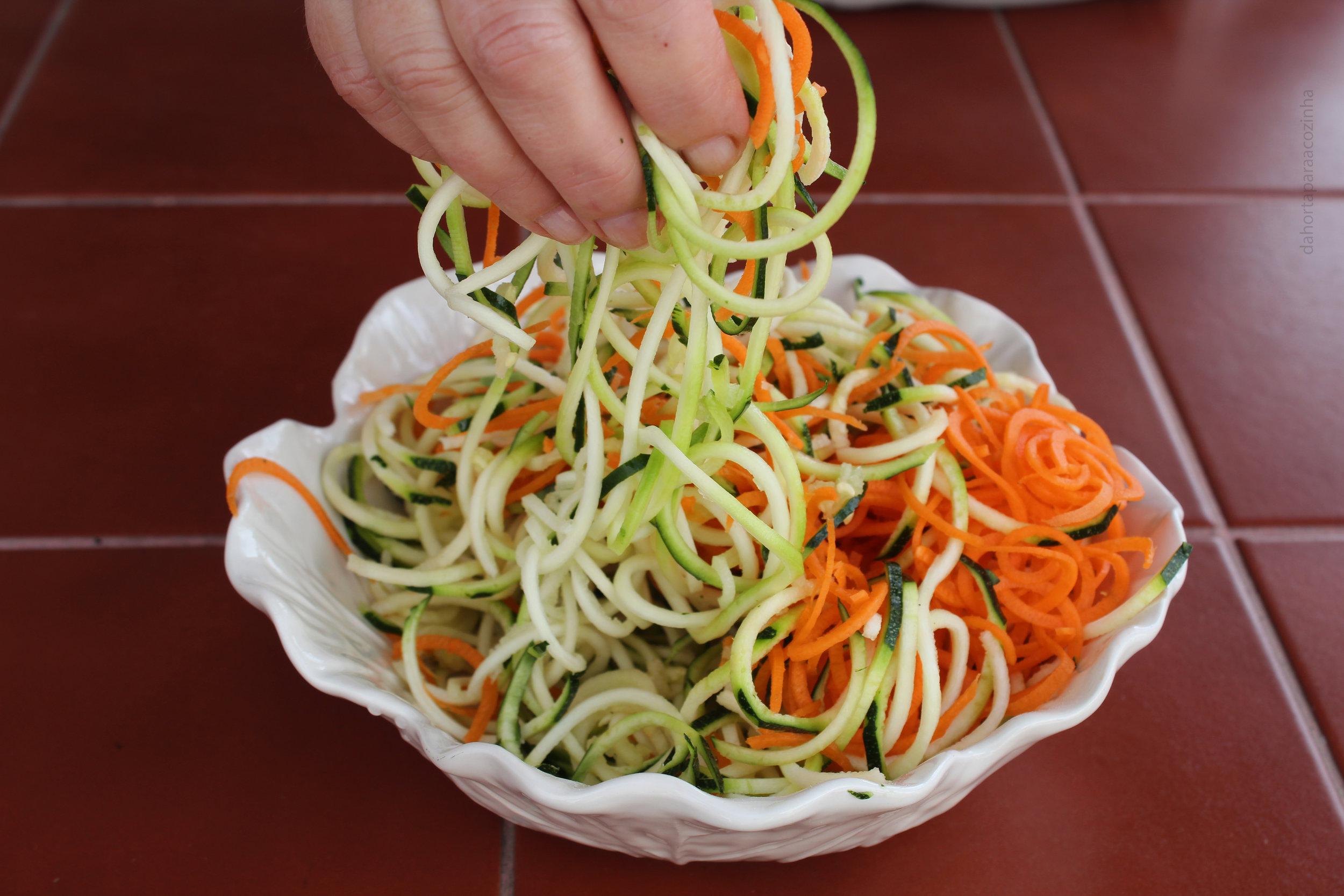 Legumes espiralizados á brás com camarões foto.JPG