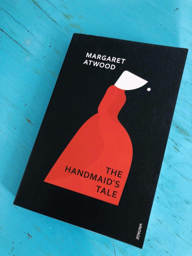 """The Handmaids Tale, Margret Atwood - Genre: NovelSamenvatting van het boek in twee zinnen: The Handmaid's Tale speelt zich af in Gilead, de vroegere Verenigde Staten. Gilead is opgezet door Christenfundamentalisten, waar vrouwen aan de onderste ladder van de maatschappij staan.Waarom ik er maar niet over ophou: Wanneer ik in gesprek ben met iemand over feminisme, de global warming of Trump begin ik keer op keer over dit boek. Het is in 1985 geschreven, maar extreem relevant. Atwood wist in '85 de toekomst te voorspellen in The Handmaid's Tale, zo beschrijft ze in het boek Women's Marches en het presidentschap van een figuur als Trump.Favoriete quote: """"But remember that forgiveness too is a power. To beg for it is a power, and to withhold or bestow it is a power, perhaps the greatest. Maybe none of this is about control. Maybe it isn't really about who can own whom, who can do what to whom and get away with it, even as far as death. Maybe it isn't about who can sit and who has to kneel or stand or lie down, legs spread open. Maybe it's about who can do what to whom and be forgiven for it. Never tell me it amounts to the same thing."""""""
