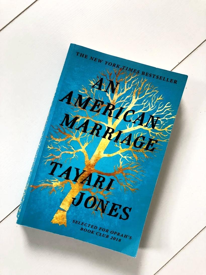 """An American Marriage, Tayari Jones - Genre: NovelSamenvatting van het boek in twee zinnen: An American Marriage vertelt het verhaal van Celestial en Roy, een jong, gelukkig getrouwd stel dat slachtoffer wordt van onrecht en racisme. Waarom ik er maar niet over ophou: Ik kwam te laat op afspraken met vrienden door dit boek (sorry vrienden). Het is prachtig geschreven en de inhoud van het boek is nog mooier dan de kaft. Leuk weetje: Dit is het favoriete boek van 2018 van zowel Oprah als Obama!Favoriete quote: """"Love makes a place in your life, it makes a place for itself in your bed. Invisibly, it makes a place in your body, rerouting all your blood vessels, throbbing right alongside your heart. When it's gone, nothing is whole again."""""""