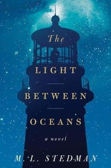 """4. The Light Between Oceans, M.L. Stedman - Een naoorlogs trauma brengt Tom in 1918 naar een afgelegen eiland waar hij alleen gaat wonen als vuurtoren wacht. Tijdens een bezoek aan het vaste land, wordt hij, tot zijn eigen verbazing, verliefd en trouwt met Isabel gaan ze samen op het eiland wonen en Tom begint weer tot leven te komen. Isabel heeft de wens samen een kind te krijgen, maar keer op keer gaat de zwangerschap mis en lijkt alsof Isabel nooit moeder zal worden…tot er als antwoord op hun gebeden een kindje aanspoelt. Maar Tom vertrouwt het niet. De emoties en de menselijke worstelingen in dit boek maakte dat ik wakker bleef om hem uit te lezen.Favoriete quote: """"Existence here is on the scale of giants. Time is in the millions of years; rocks which from a distance look like dice cast against the shore are boulders hundreds of feet wide, licked round by millennia"""""""