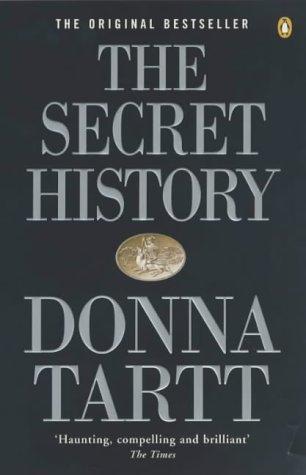 """6. The Secret History, Donna Tartt - Kritiek op de maatschappij, universiteit studenten die denken dat ze alles beter weten en de wereld kunnen veranderen, en ten alle tijden huiswerk, huiswerk, en nog meer huiswerk. Maar wat als er een moord wordt gepleegd en je groep vrienden hier diep bij betrokken blijven te zijn?Favoriete quote: """"There are such things as ghosts. People everywhere have always known that. And we believe in them every bit as much as Homer did. Only now, we call them by different names. Memory. The unconscious."""""""