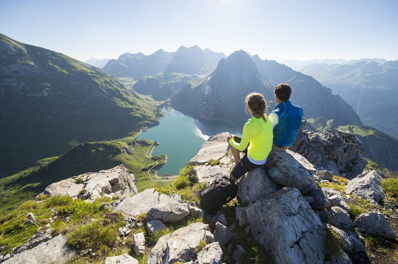 Bergsteigen mit Blick auf den Spullersee (c) Alex Kaiser - Klostertal Tourismus.jpg