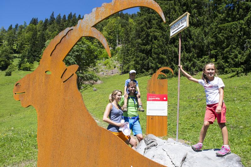 Mit der Familie unterwegs am Steinbock-Weg (c)  Alex Kaiser -  Klostertal Tourismus.jpg