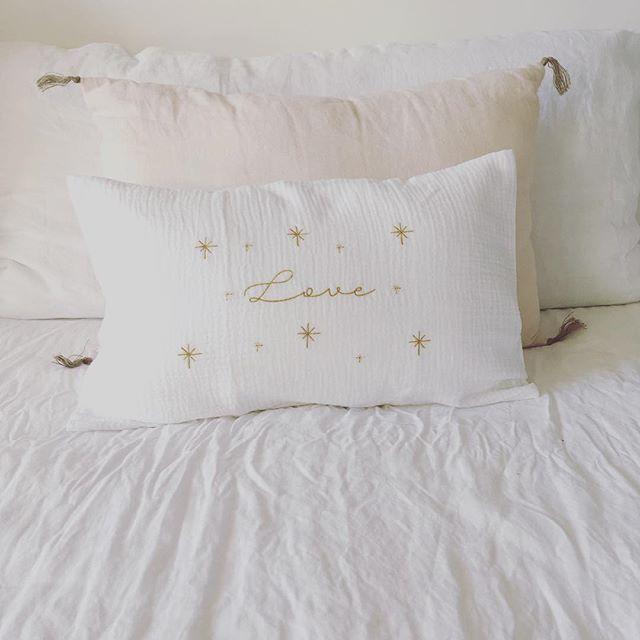Douceur et confort pour ce magnifique coussin blanc ivoire brodé et surpiqué au fil d'or ✨#decoration #coussin #douceur #love #amour #broderie #or  merci à @v.ro.lecoq_ pour cette commande et le partage de sa jolie photo 😍