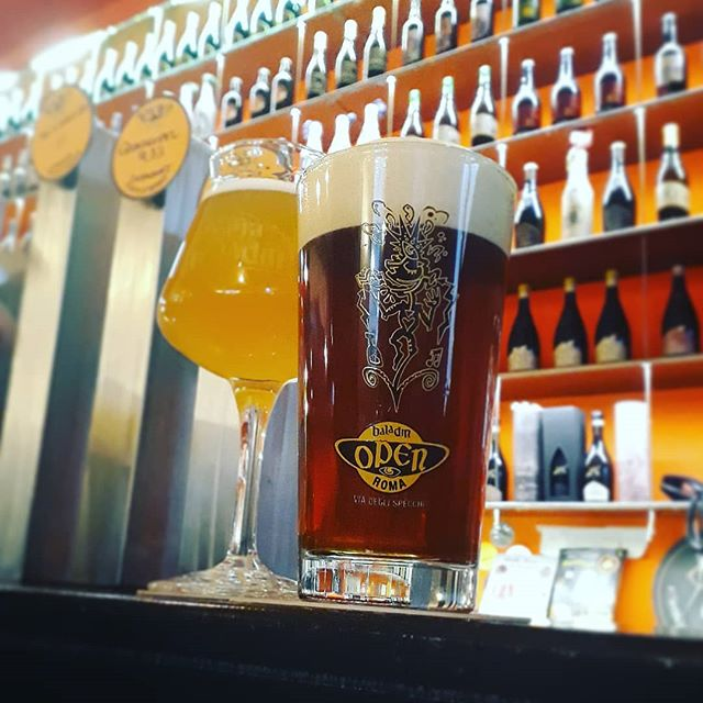Draught is in beautiful ROMA! A long, hot day coming to an end with 2 excellent examples of style in 'Isaac', a white beer, and 'Roxa', an American style amber. Both are clear, crisp and so refreshing. . #beer #craftbeer #craftbeerblogger #craftbrewer #birra #birraartigianali #birraartigianaleitaliana #taproom #microbrewery #brewpub #rome #roma #craftnotcrap #beeroftheday #beerblogger #beerofinstagram #beerwithaview #beerinthecity #birraroma #openbaladin #microbrew #girlswhodrinkbeer #instabeer #instabrew #draught #draughtbeer #draughtontour #ontour #draughtmagazine