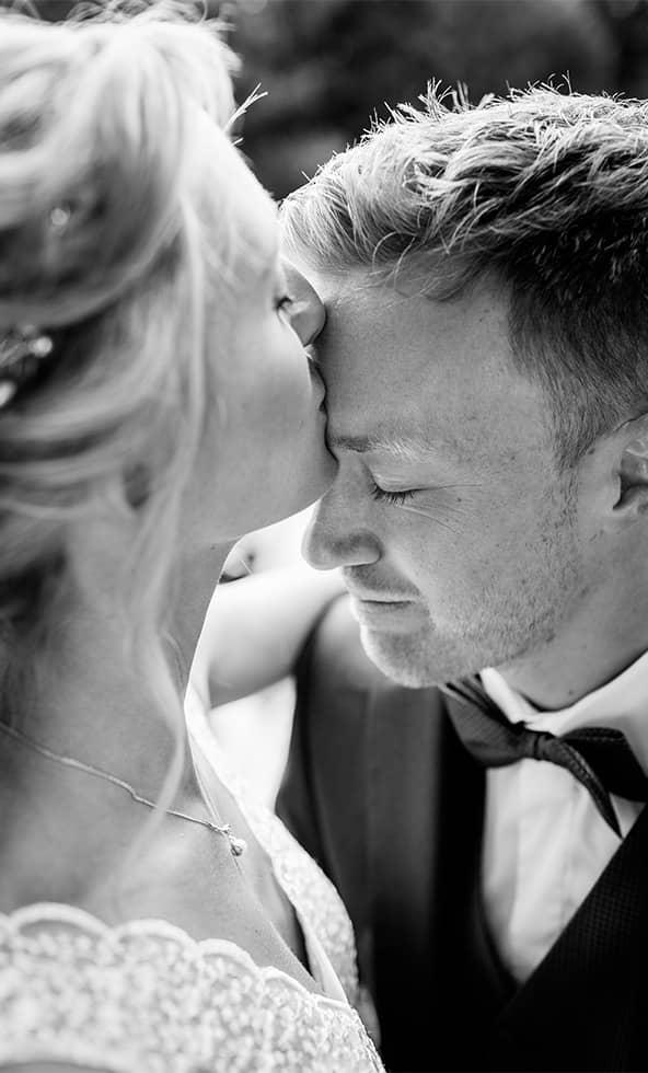 s-hochzeitsfotograf-kuss-hochzeitsreportage-brautpaar-hochzeitskleid.jpg