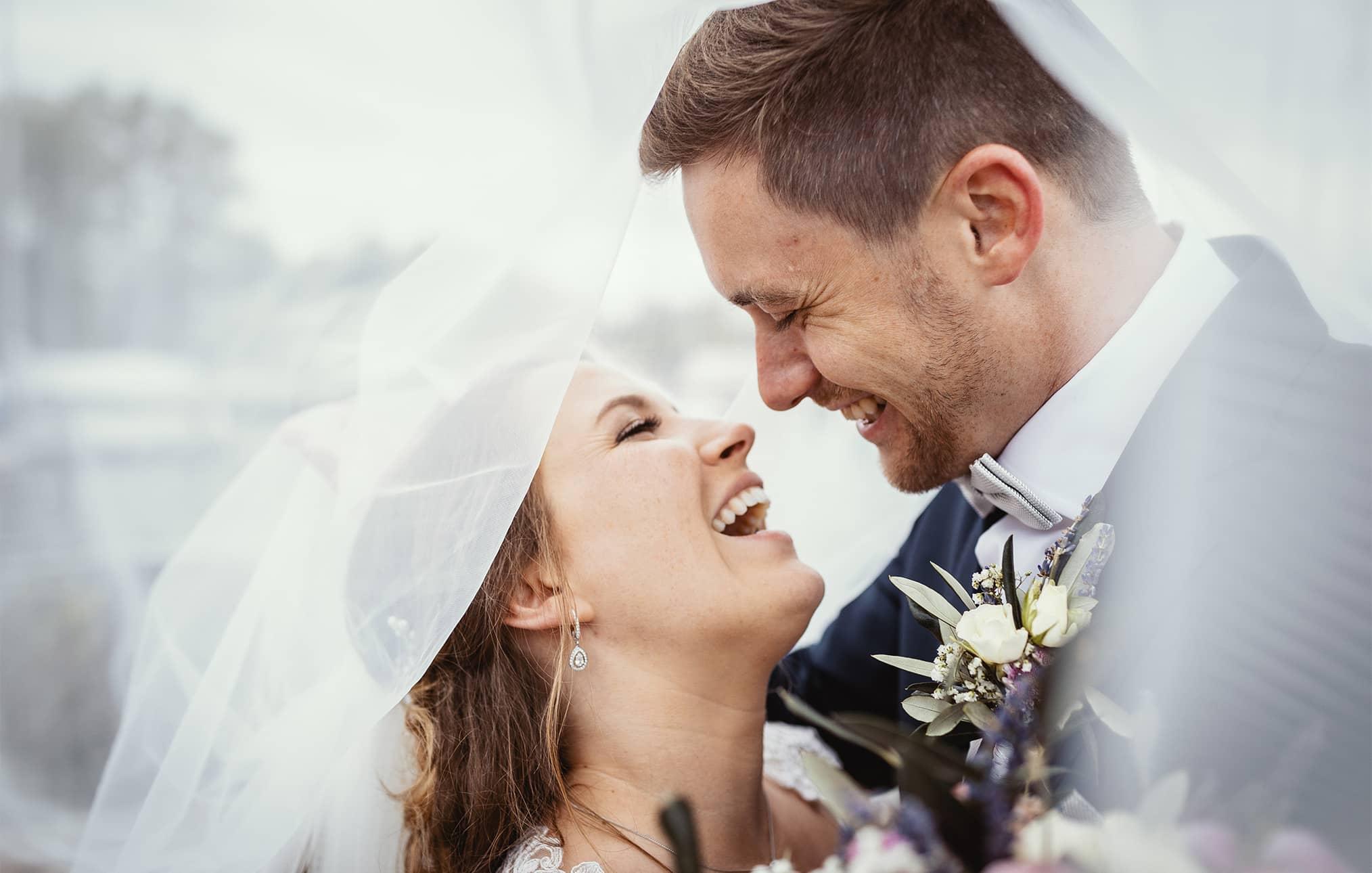 b-hochzeitsfotograf-murnau-brautpaar-lachen-braut-bräutigam-hochzeitsreportage.jpg
