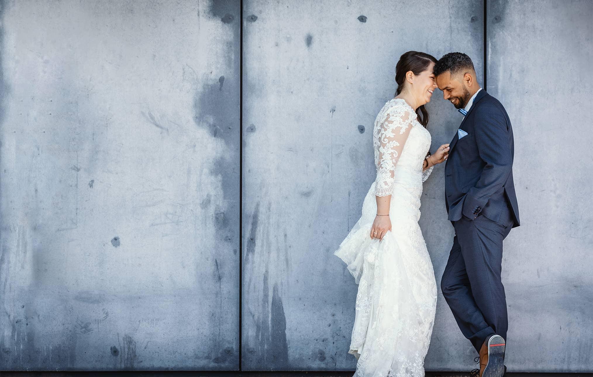 b-hochzeitsfotograf-dachau-hochzeitsfotos-beton-brautpaar-hochzeitskleid.jpg