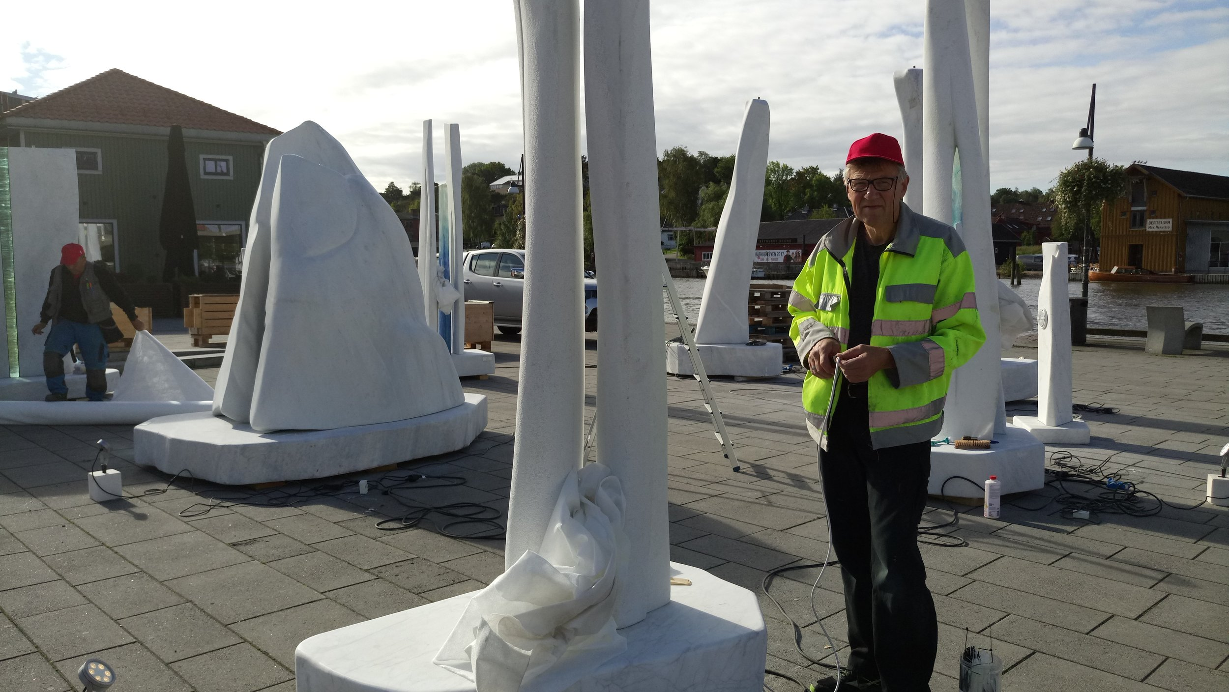 Takk til min fantastiske flinke Handyman Einar ,mester for belysning til utstillingene. Ps. Prøver å legge skjult så godt han kan!.JPG