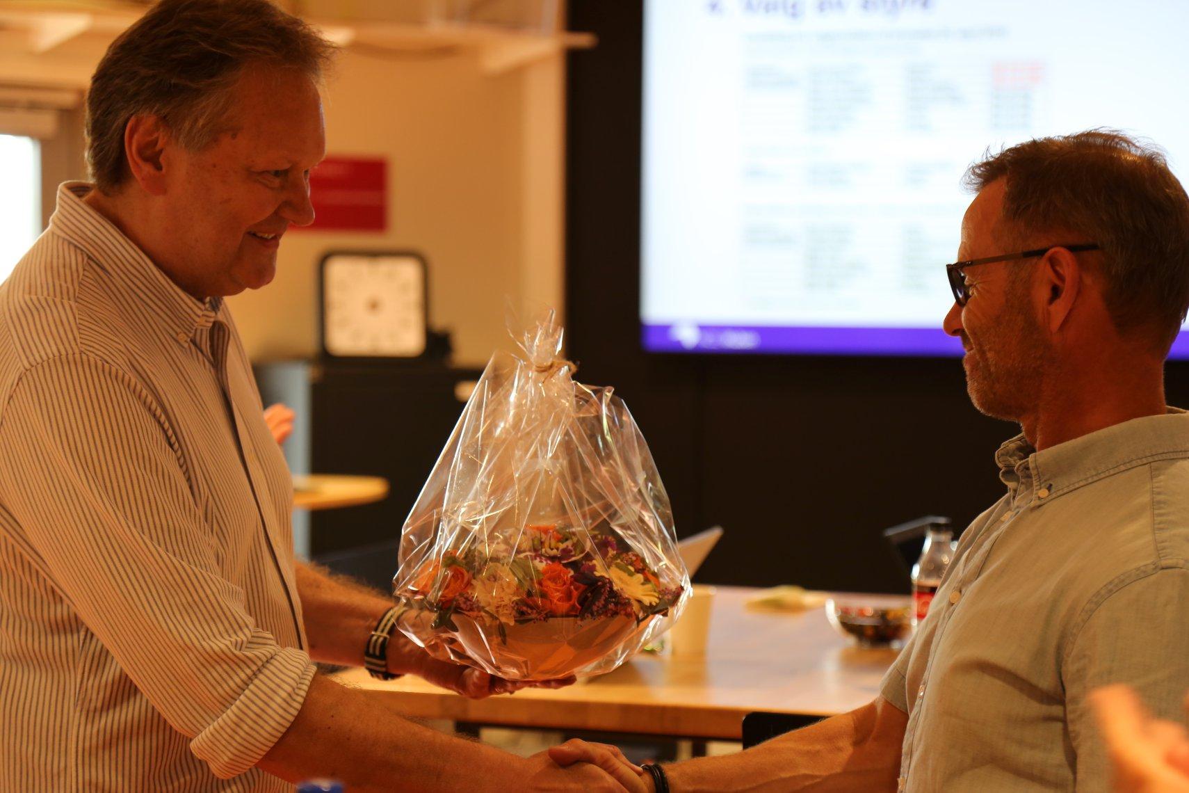 Stein Berg Oshaug, administrerende direktør i Oshaug Metall takket Odd Tore Finnøy, avtroppende styreleder i NCE iKuben for innsatsen.