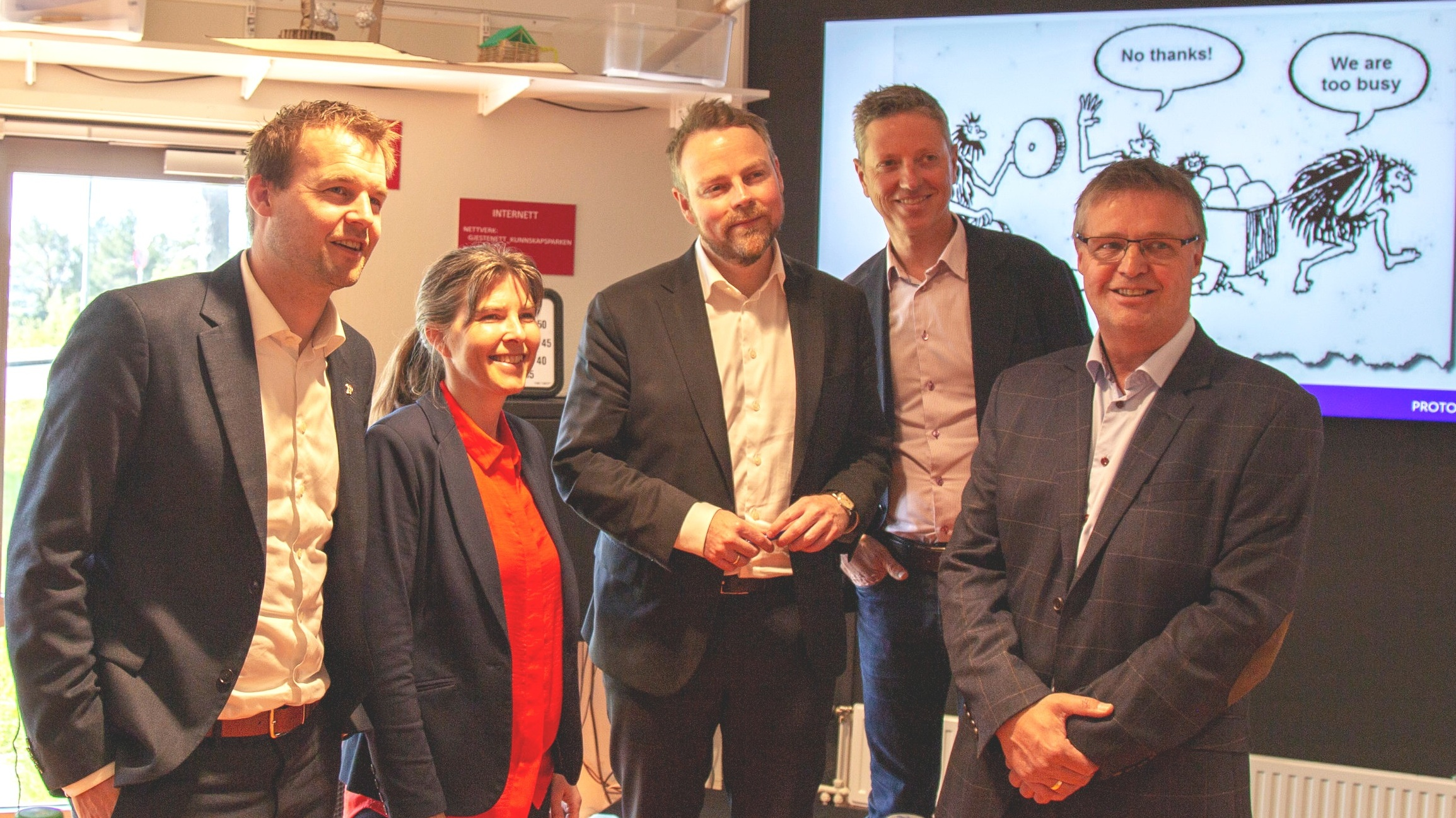 Fra venstre: Kjell Ingolf Ropstad, barne- og familieminister, Hilde Aspås, daglig leder NCE iKuben, Torbjørn Røe Isaksen, næringsminister, Sjur Vindal, forretningutvikler Protomore og Arne Larsen, prosjektleder NCE iKuben.