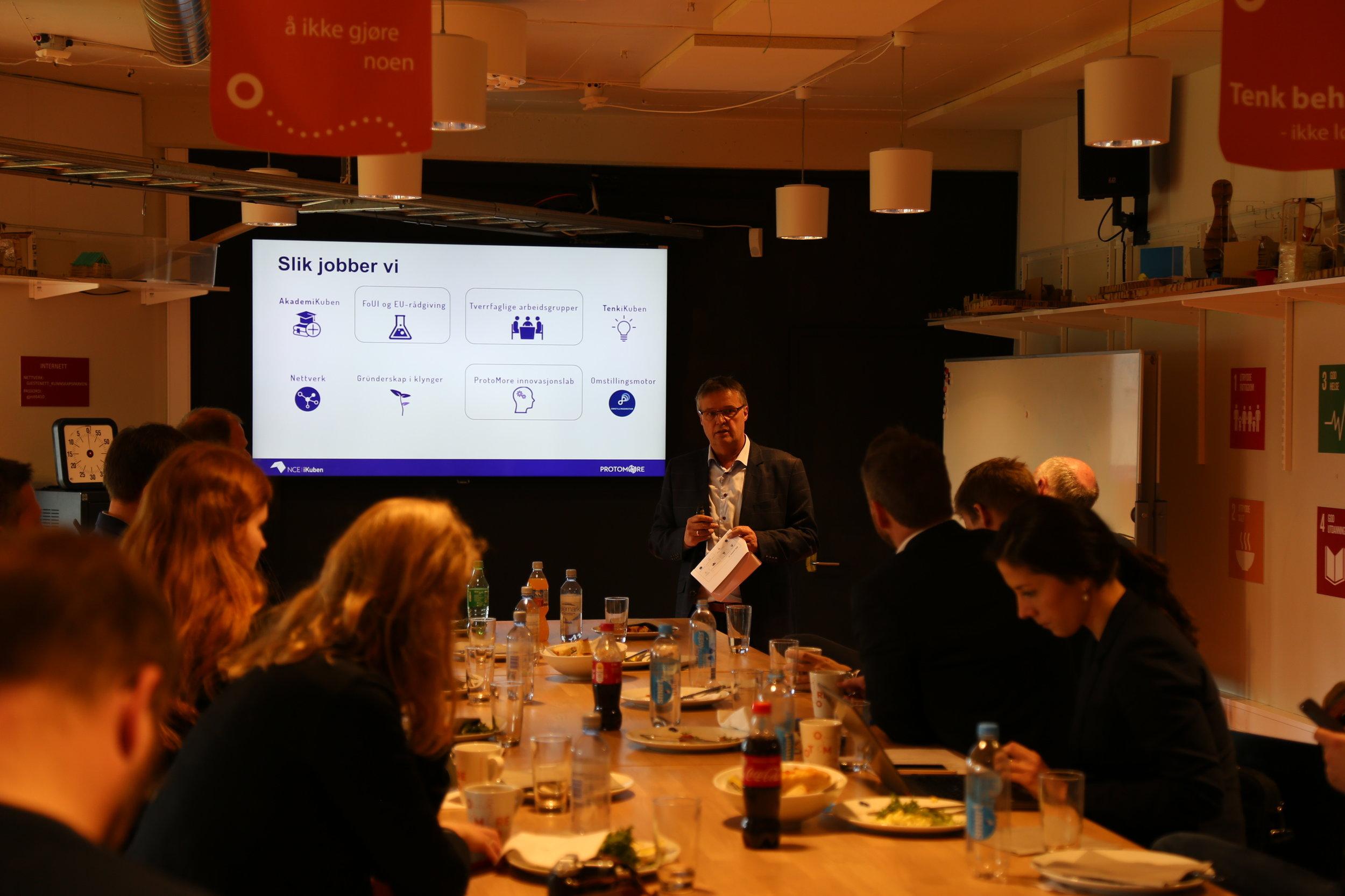 Prosjektleder Arne Larsen viser hvordan NCE iKuben arbeider med virksomhetene i klyngen.