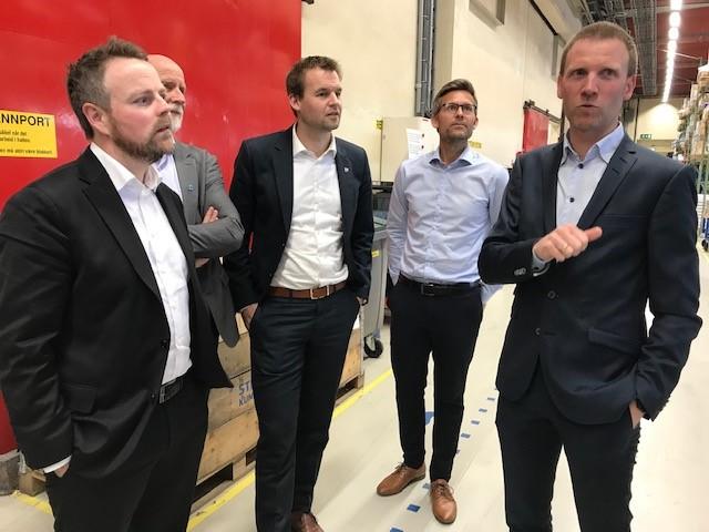 Fra venstre: Torbjørn Røe Isaksen, næringsminister, Torgeir Dahl, ordfører i Molde kommune, Kjell Ingolf Ropstad, barne- og familieminister, Nils Korperud, leder for IT og digitalisering i Glamox og Birger Holo, fabrikksjef for Glamox Molde og styremedlem i iKuben.