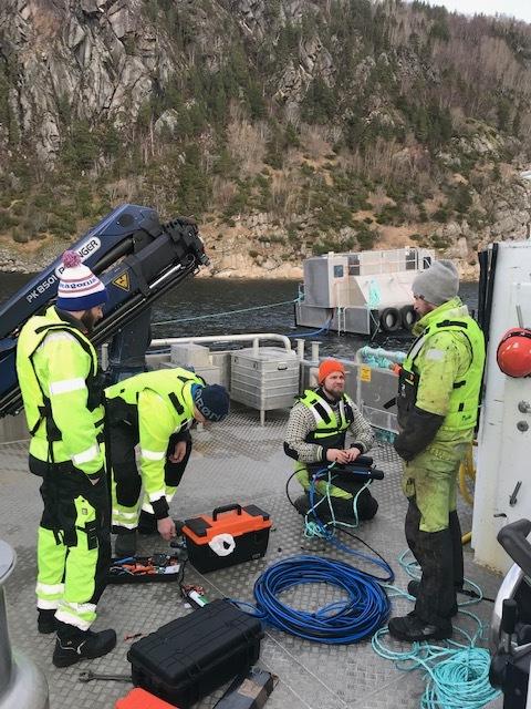 Teamet er på plass og operasjonstekniker Kristoffer Kristiansen, operasjonsteknikker, klargjør kameraet til dyst.