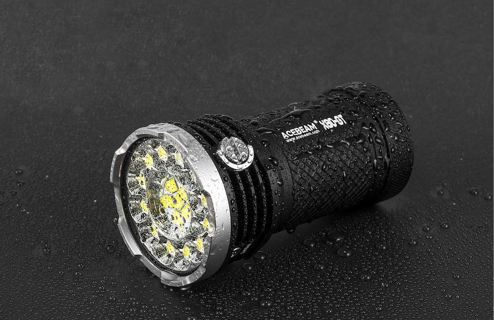 Étanche - La lampe Acebeam X80GT est capable de supporter une immersion occasionnelle allant jusqu'à 30 mètres