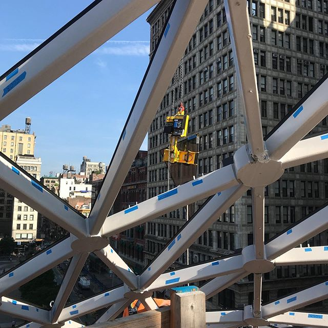 Another beautiful day in Union Square to install glass on the dome. . . . #44unionsquare #unionsquare #crane #steelwork #cranespotting #constructionlife #construction #nyc #heavyequipment #glass #photooftheday #building