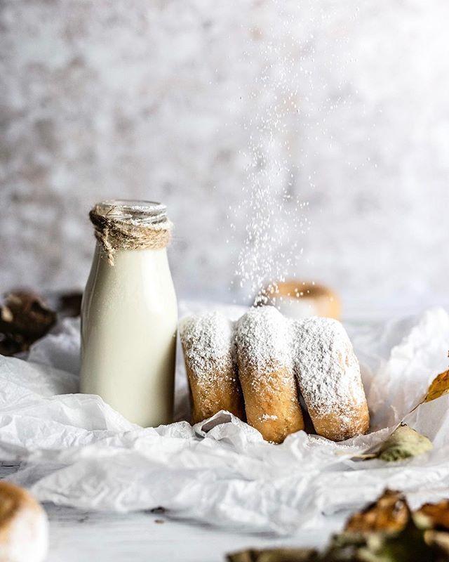 Fast hätten wir es vergessen, aber zur heißen Schokolade von gestern, gab es frische Donuts...was sonst ☺ ⠀ .⠀ Bevor wir nun in die neue Woche starten, genießen wir noch entspannt eine Tasse Tee. Habt einen wunderbaren Wochenanfang!⠀ .⠀ Wie startet ihr euren Montagmorgen?⠀ ⠀ ⠀ 📷 Canon EOS 6D / 50mm / ISO 1600 / F/2,0 / 1/1250⠀ ⠀ ⠀ ⠀ #donuts #donut  #donutlove #essenundtrinken #nachtisch #frühstücken #frühstücksliebe #kaffeepause #kaffeeundkuchen #kaffeeklatsch #gebäck #backenistliebe #gs_stilllife #foodblogging #foodphotographyandstyling #leckerschmecker #megalecker #weihnachtsbäckerei #backliebe #weihnachtskekse #liebegehtdurchdenmagen #droetker #vanillezucker #herbstküche #foodblogliebebacken #weihnachtskekse #weihnachtsgebäck #adventszeit #foodmagazine ⠀ ⠀ #backenmitliebe @Lifeandthyme @Surlatable⠀ @theprettyblog @suedwestverlag⠀ @thefeedfeed.baking @dr.oetker_deutschland @lust_auf_genuss_official @Insiderdessert⠀ @tchibo @ich.liebe.foodblogs @hautescuisines @beautifulcuisines @thebakefeed @gir @foodfluffer @still_life_gallery_ @foodtographyschool @wilton_cakes
