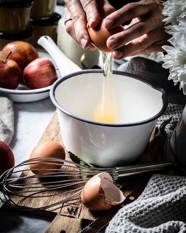 Gestern gab es Leckeres mit Äpfeln... doch dafür musste erst einmal der Teig vorbereitet werden ☺⠀ ⠀ 👉 Kreative Orte: die Küche⠀ ⠀ Einer unserer Lieblingsorte zum Fotografieren ist die Küche. Wenn das Sonnenlicht gegen Mittag im Studiozimmer abnimmt, strahlt sie mit voller Kraft in die Küche. ☀ Allerdings sind Aufnahmen in der Küche immer etwas aufwendiger, da die Arbeitsfläche jedes Mal aufs neue um- und leergeräumt werden muss, um Platz für unsere Fotountergründe zu schaffen. Ein Vorteil des Fotografierens in der Küche: das Chaos ist schneller wieder beseitigt 😉⠀ ⠀ ⠀ ⠀ 📷 Canon EOS 6D / 50mm / ISO 100 / f/5,6 / 1/15 (mit Stativ)⠀ .⠀ .⠀ .⠀ #apfelkuchen #äpfel #apfel #obst #zimt #apfelkuchen #naschen #herbstliebe #pfannkuchen #pfannkuchenliebe #pancakesunday #waffeln #crepes #herbstessen #birne #foodphotographyandstyling #saisongemüse #apple #gesundundlecker #frühstücken #frühstücksideen #blogger_de #foodblogging #leckerschmecker #ichliebefoodblogs #breakfastinspo #backmischung #schmackofatz #kuchenzeit #backenmachtglücklich ⠀ ⠀ @lecker_magazin @livingathome_magazin @dmbio @lust_aufs_leben_magazin @edeka @rewe_group @biocompanyofficial @Lifeandthyme @Still_life_gallery_ @Gorgeous_stilllife_ @Stilllife_perfection⠀