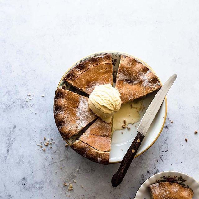 """Die Äpfel von gestern sind dann tatsächlich im Inneren unseres Kuchen verschwunden, denn es gab bei uns Apple Pie mit Vanille Eis. Ein Traum! ☺⠀ ⠀ 👉 Kreative Orte: Überall und nirgendwo⠀ ⠀ Das Foto von unserem Apple Pie ist streng genommen gar nicht an einen bestimmten Ort gebunden. Das einzige, was wir für diese Art Flatlay brauchen, ist unser Foto Untergrund und gutes Licht. Und um auch wirklich nicht von dem Kuchen abzulenken, haben wir weitestgehend auf Props verzichtet. Nur ein paar Krümel haben wir um den Pie herum platziert, um die Szene etwas lebendiger wirken zu lassen. ⠀ ⠀ Einen weiteren kreativen Ort wollen wir euch jedoch nicht vorenthalten - nämlich: Draußen im Freien😊, Als die Sonne doch noch einmal zwischen den Wolken hervorschaute, haben wir uns unsere Apfeltarte geschnappt und ein kleines Picknick gemacht. Die Bilder dazu findet ihr in unserer Story 🍂🍁⠀ .⠀ Welchen Fotografie Stil mögt ihr lieber - storytelling oder doch eher """"minimalistisch""""?⠀ .⠀ . ⠀ 📷Canon EOS 6D / 50mm / ISO 100 / f/4,0 / 1/40⠀ .⠀ .⠀ .⠀ .⠀ .⠀ #apfelkuchen #kuchenzeit #apfeltarte #herbstküche #herbstliebe #tartelette #foodblogliebebacken #foodblogliebe #esstmehrkuchen #selbstgebacken #tarte #backen #nachtisch #bakefromscratch #herbst #obstkuchen #essenundtrinken #backblog #gemütlichkeit  #teatime #autumnvibes #autumnfood #seasonalproduce #hefeteig #gs_stilllife #eatgoodfeelgood #essenmitfreunden #thebakefeed #schmackofatz #hautecuisines ⠀ @foodblogliebe.backen @thefeedfeed.backing @thebakefeed @Lifeandthyme @Still_life_gallery_ @lust_auf_genuss_official @lecker_magazin @sweetpaulmagazinedeutschland @hautescuisines @beautifulcuisines @foodfluffer @TV_stilllife⠀ @Tv_living @Gorgeous_stilllife_ @Stilllife_perfection⠀"""